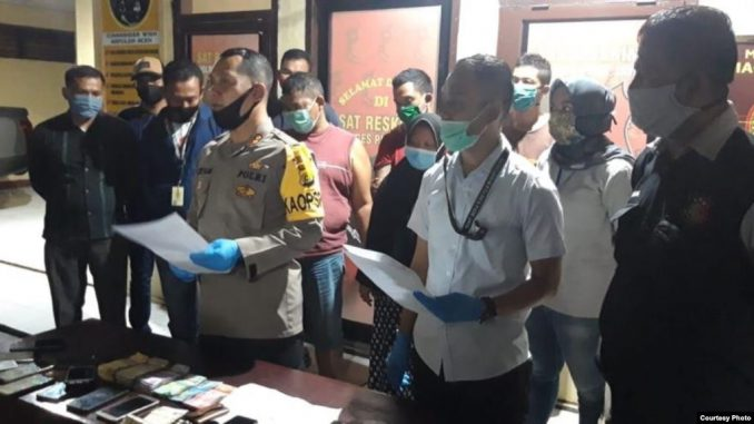 Kapolres Pidie Jaya, AKBP Musbagh Ni'am bersama tersangka pelaku pencurian berinisial YL di Mapolres Pidie Jaya, Rabu 17 Juni 2020. (Courtesy: Polres Pidie Jaya)